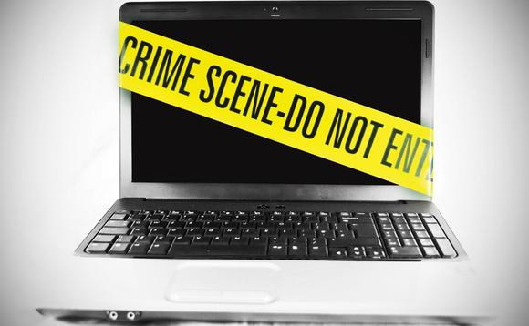 Laptop owinięty taśmą policyjną
